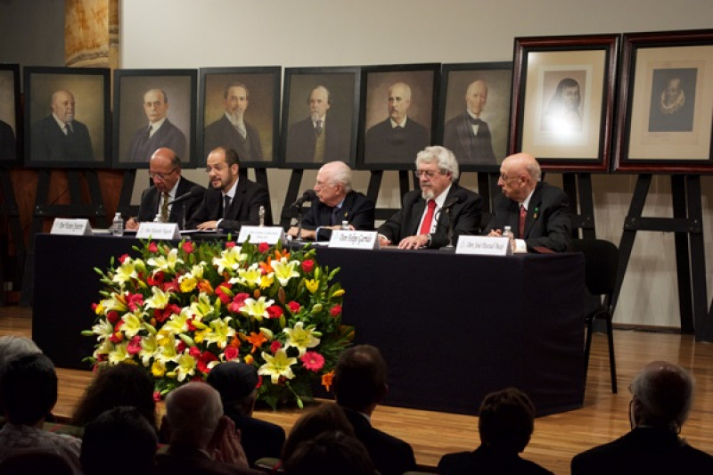 Alejandro Higashi leyó su discurso de ingreso en Bellas Artes